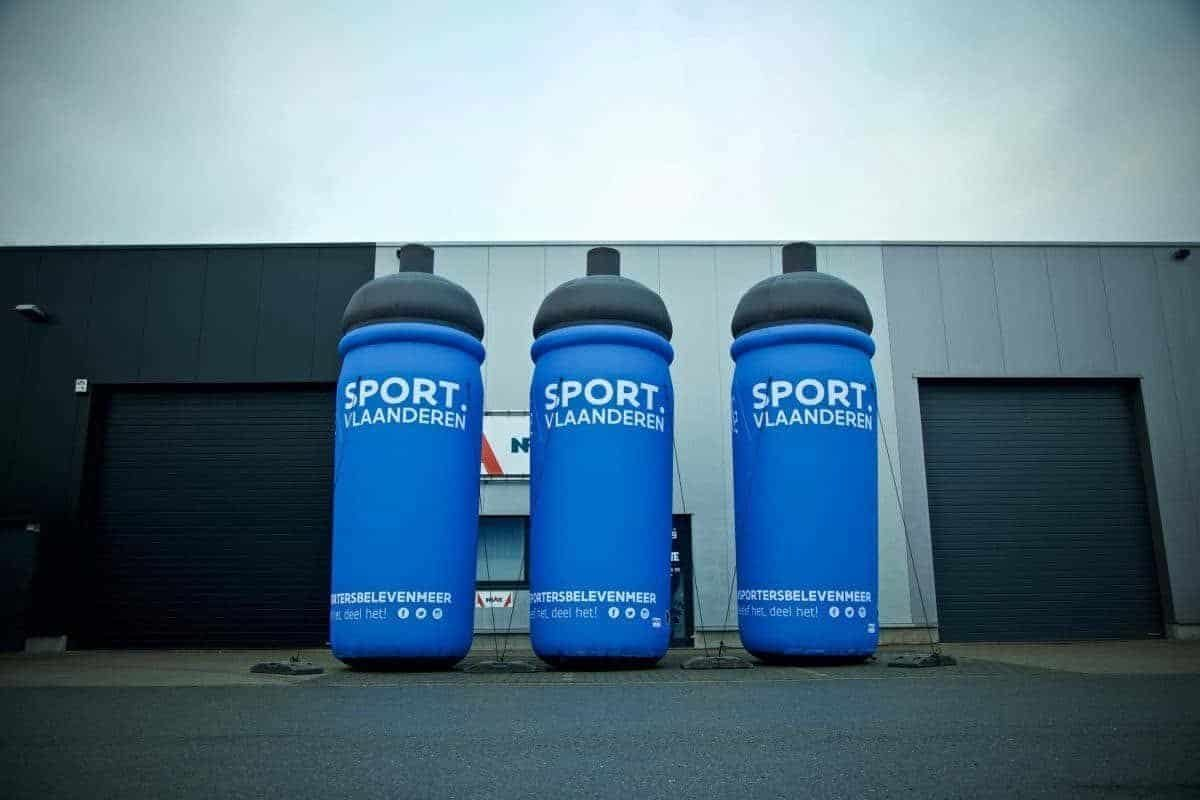 Inflatable giant bidons 5m Sport Vlaanderen met interne blower