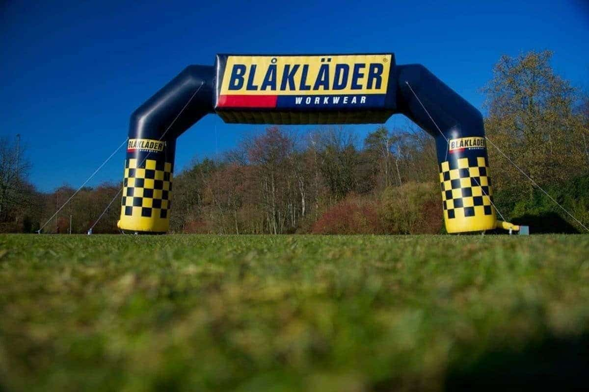 Opblaasbare publiboog 14x7m voorzien van 3D logo BLAKLADER